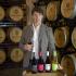 Weinmacher Luis Sáenz vor seinem Weinsortiment, Rioja, Spanien