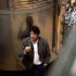 Winzer Luis Sáenz beim Verkosten im Weinkeller, Logroño, La Rioja