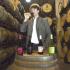Weinmacher Luis Sáenz beim Verkosten, Rioja, Spanien