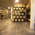 Lagerung kleiner Eichenfässer im Weinkeller, Logroño, La Rioja
